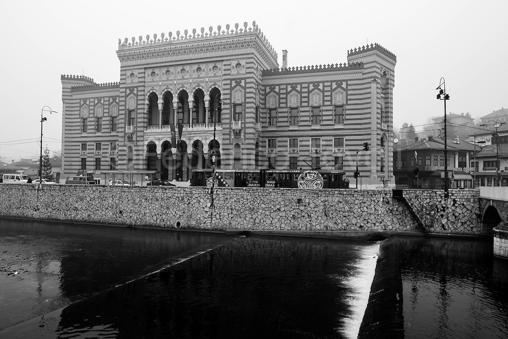 The National Library suffered a fire during the siege, Ottoman era volumes went irretrievably lost, has now been rebuilt and is also home to the town hall, but the library has only the name, no books inside, in the interior there are exhibitions and you pay a ticket to visit them.