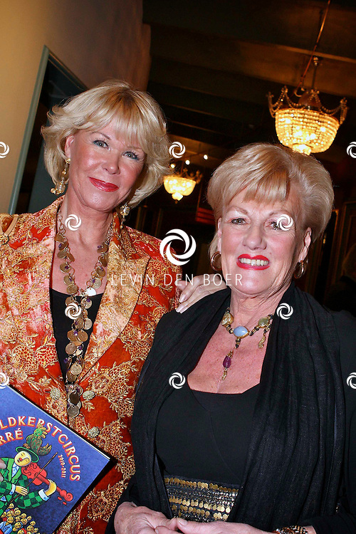AMSTERDAM - Sheila de Vries met haar moeder donderdagavond bij aankomst voor de premiere van het WereldKerstCircus in Carre in Amsterdam. FOTO LEVIN DEN BOER - PERSFOTO.NU