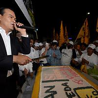 Toluca, México (Mayo 09, 2017).-  Juan Zepeda, candidato del PRD a la gubernatura del Estado de México partio un pastel y felicito a las mamás a unas horas de celebrarse el Día de la Madre, al termino del segundo debate entre candidatos organizado por el IEEM. Agencia MVT / Crisanta Espinosa.