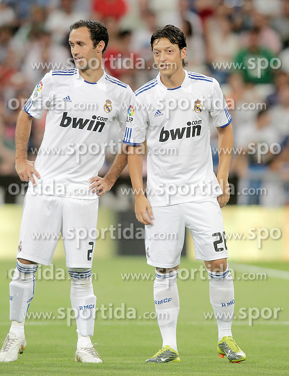 24.08.2010, Estadio Santiago Bernabeu, Madrid, ESP, Trofeo Santiago Bernabeu, Real Madrid vs Rosenborg, im Bild Real Madrid's Ricardo Carvalho and Mesut Ozil during official presentation. EXPA Pictures © 2010, PhotoCredit: EXPA/ Alterphotos/ Alvaro Hernandez +++++ ATTENTION - OUT OF SPAIN / ESP +++++ / SPORTIDA PHOTO AGENCY