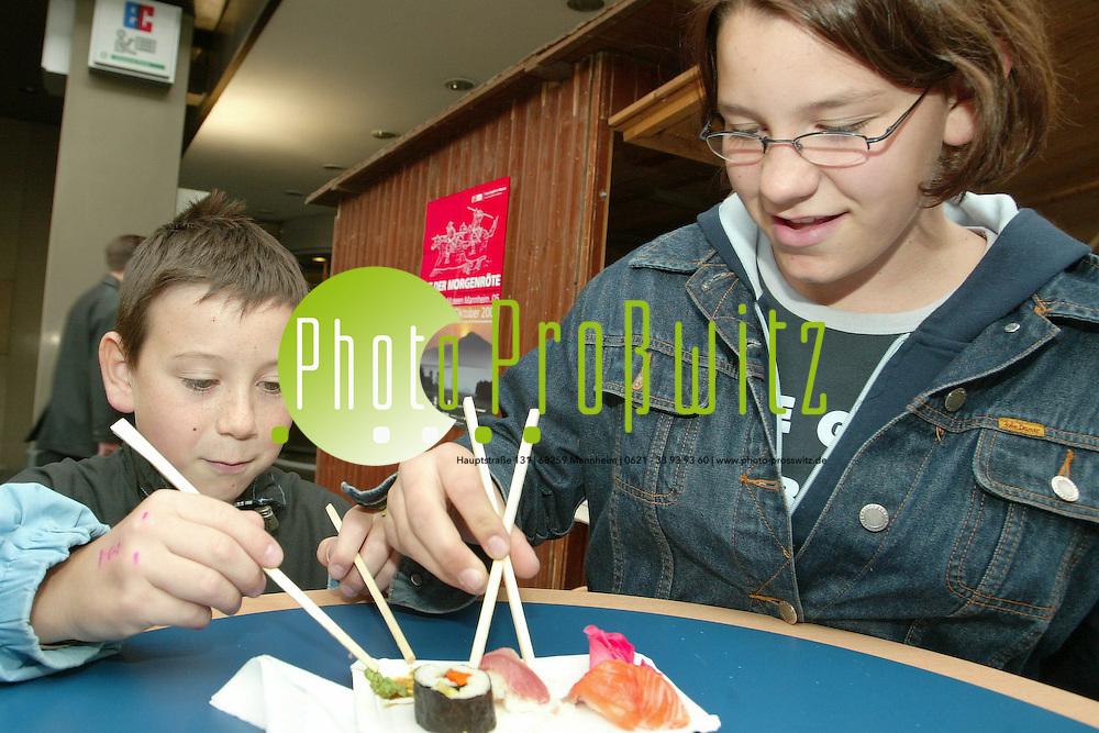 Mannheim. Sushi am SA (25.09.04) An versch. St&auml;nden gibt es Sushi zum Probieren.<br /> Bild: Markus Pro&szlig;witz