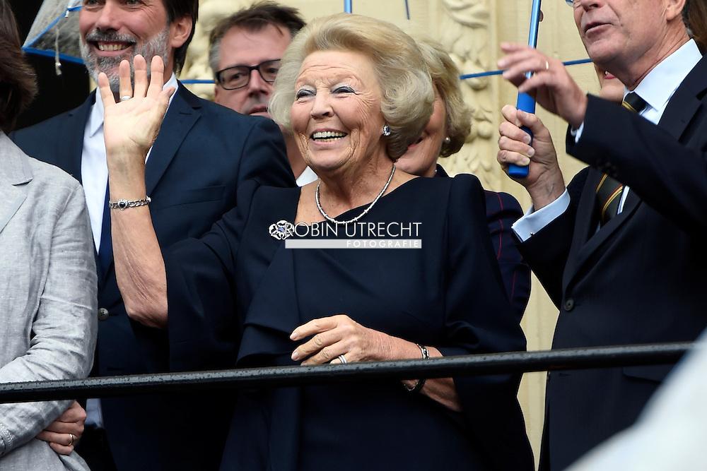 DEN HAAG - Prinses Beatrix zwaait vanaf het bordes van het het Mauritshuis naar de gouden koets op Prinsjesdag. COPYRIGHT ROBIN UTRECHT<br /> THE HAGUE - Princess Beatrix waves from the steps of the Mauritshuis for the golden carriage on Budget Day. COPYRIGHT ROBIN UTRECHT
