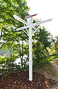 """Nederland, Ubbergen, 19-6-2013 Rondom en op de Duivelsberg. Replica van een grenspaal van voor 1949, op de toenmalige grens in het Keteldal, Beek-Ubbergen. Ook bij het Wylerbergmeer staat zo'n replica . Twee armen wijzen naar Nederland en Duitsland, op de derde en vierde staat de tekst: """"Laat vriendschap helen wat grenzen delen"""". De Duivelsberg is een heuvel en natuurreservaat in de gemeenten Ubbergen en Groesbeek in de Nederlandse provincie Gelderland. De 75,9 meter hoge heuvel, in Duits Teufelsberg of Wylerberg , ligt op de stuwwal ten oosten van Nijmegen, tussen Berg en Dal, Beek en de Nederlands-Duitse grens. Het natuurgebied is voornamelijk begroeid met loofbomen. De berg behoorde aanvankelijk toe aan het dorp Wyler in de Duitse gemeente Kranenburg. Na de Tweede Wereldoorlog behoorde de Duivelsberg en omgeving tot de gebieden die Nederland op 23 april 1949 ten koste van Duitsland annexeerde. Foto: Flip Franssen"""