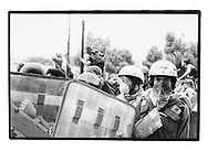 Proteste contro il summit del G8, Genova luglio 2001. Venerdì 20 luglio, corteo dei Disobbedienti. Manifestante bardato. Corso Europa.