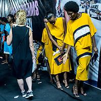 Les modèles portant des tenues de Gozel Green attendent en backstage avant de defiler lors de la Lagos Fashion and Design Week.