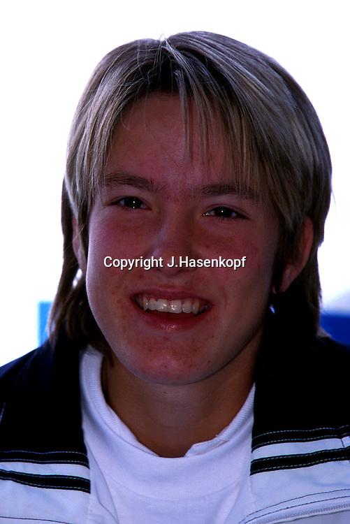 Sport,Tennis,Sportlerin,<br /> Spielerin,Justine Henin(BEL),<br /> Portraet,portrait,laechelt,<br /> Kamerablick,Einzelbild,Hochformat,