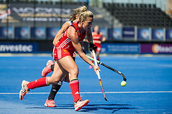England's Susannah Townsend goes past an Argentina defender. England v Argentina, Lee Valley Hockey and Tennis Centre, London, England on 10 June 2017. Photo: Simon Parker