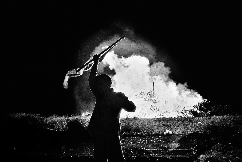 Un bonfire protestant annonce les parades orangistes, Nord-Belfast.