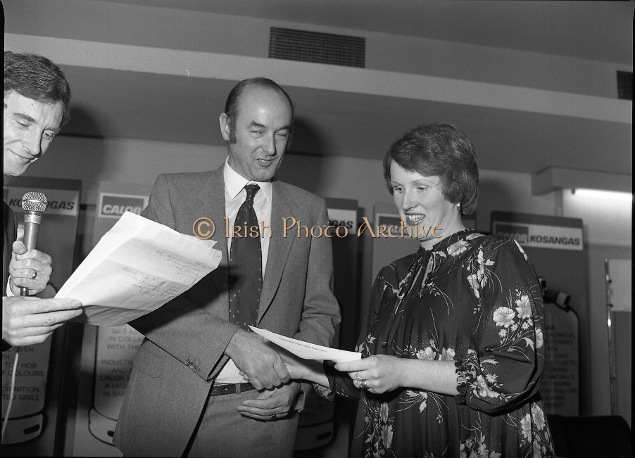 "Calor Kosangas Housewife of the Year - Dublin Regional Final.26/10/1982  26.10.1982..""Calor Kosangas Housewife Of The Year 1982"". Dublin Regional Final..The final was held in the Gresham Hotel,O'Connell St,Dublin. The winner was Mrs.,Deirdre Ryan,Derrypatrick,Drumree,Co Meath..Mr Morgan O'Sullivan (left) and Mr John Duignan,Managing Director, C&F Ltd. present an award to Mrs Patricia patton, Hartstown Estate,Clonsilla,Dublin."