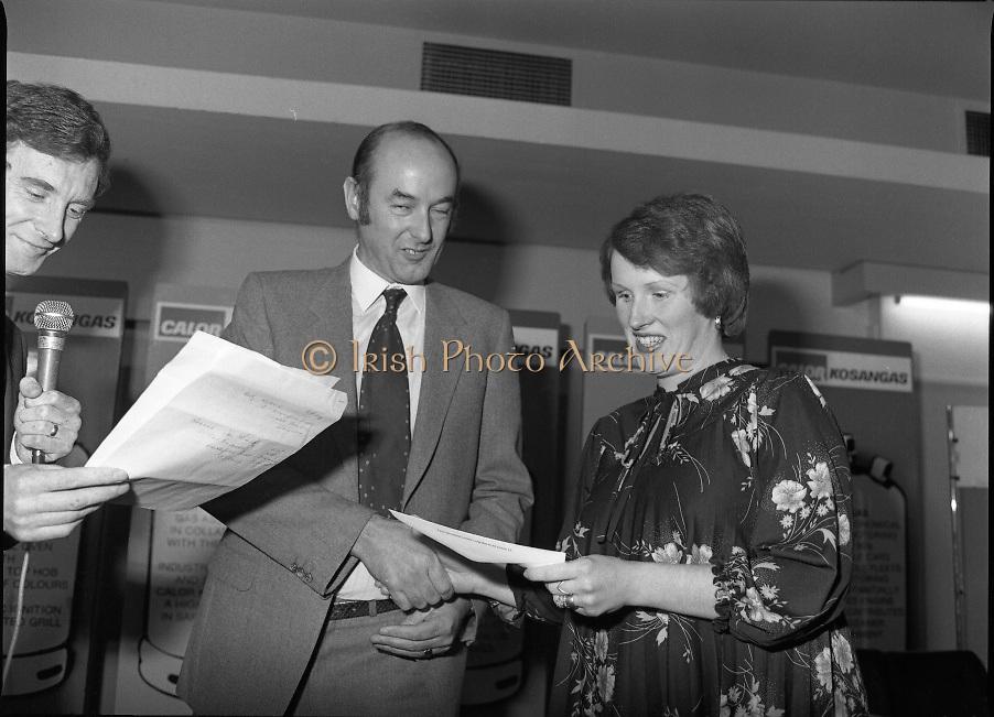 "Calor Kosangas Housewife of the Year - Dublin Regional Final.26/10/1982  26.10.1982..""Calor Kosangas Housewife Of The Year 1982"". Dublin Regional Final..The final was held in the Gresham Hotel,O'Connell St,Dublin. The winner was Mrs.,Deirdre Ryan,Derrypatrick,Drumree,Co Meath..Mr Morgan O'Sullivan (left) and Mr John Duignan,Managing Director, C&F Ltd. present an award to Mrs Patricia patton, Hartstown Estate,Clonsilla,Dublin."