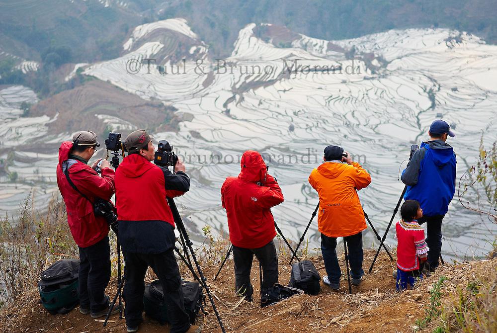 Chine. Province du Yunnan. Yuanyang, rizieres en eau. Touristes chinois. // China, Yunnan, Yuanyang, terraced paddy-fields. Chinese tourist.