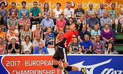 24-09-2016 NED: EK Kwalificatie Nederland - Wit Rusland, Koog aan de Zaan<br /> Nederland verliest de eerste twee sets / Publiek support zien hoe Pavel Audochanka #2 aanvalt