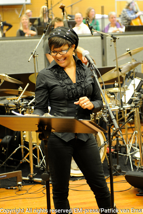 Voorproefje van A Tribute to Billie Holiday in het Muziekcentrum van de Omroep met het optreden van Ruth Jacott met het Metropole Orkest. <br /> <br /> op de foto:  Ruth Jacott