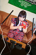 MUKBANG - JAPAN<br /> VJ Miko f&ouml;rbereder sig f&ouml;r att &auml;ta chiliheta snabbnudlar p&aring; en minut framf&ouml;r datorn i Fukuoka, Japan. &Aring;sk&aring;darna kommenterar Mikos &auml;tande. Att &auml;ta framf&ouml;r en web cam kallas mukbang.