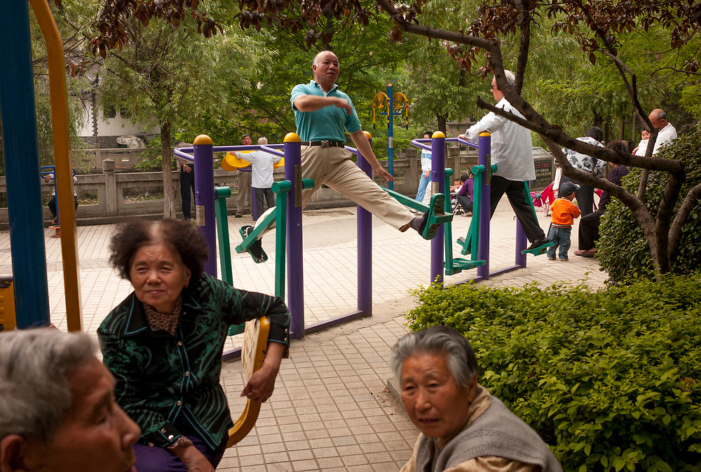 Nankin, Chine. Centre ville. Les s&eacute;niors peuvent s'exercer sur des machines adapt&eacute;es dans les rues.<br /> <br /> Nanjing, China. City center. Fitness training for seniors in the streets of Nanjing.