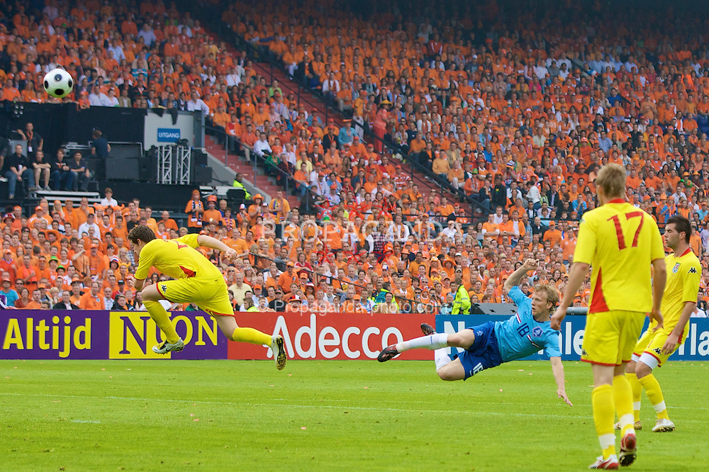 ROTTERDAM, THE NETHERLANDS - Sunday, June 1, 2008: The Netherlands' Dirk Kuyt shoots against Wales during the international friendly match at the de Kuip Stadium. (Photo by David Rawcliffe/Propaganda)