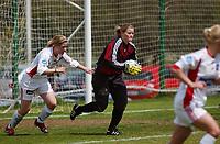 Keeper Hege Hope, Sandviken. Kine Nordheim, Medkila. Treningskamp: Medkila - Sandviken 1-1. La Manga, Spania. 5. april 2004. La Manga 2004. (Foto: Peter Tubaas/Digitalsport).