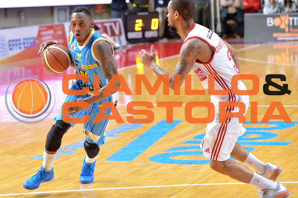 DESCRIZIONE : Milano Lega A 2014-15 Openjobmetis Varese- Vagoli Basket Cremona<br /> GIOCATORE : Hayes Kenny<br /> CATEGORIA : Palleggio<br /> SQUADRA : Vagoli Basket Cremona<br /> EVENTO : Campionato Lega A 2014-2015 GARA :Openjobmetis Varese - Vagoli Basket Cremona<br /> DATA : 22/03/2015 <br /> SPORT : Pallacanestro <br /> AUTORE : Agenzia Ciamillo-Castoria/IvanMancini<br /> Galleria : Lega Basket A 2014-2015 Fotonotizia : Varese Lega A 2014-15 Openjobmetis Varese - Vagoli Basket Cremona
