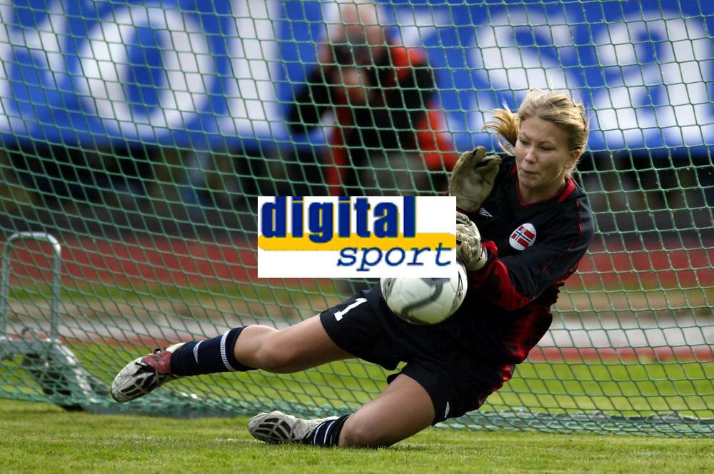 Fotball<br /> Landskamp J15/16 &aring;r<br /> Tidenes f&oslash;rste landskamp for dette alderstrinnet<br /> Sverige v Norge 1-3<br /> Steungsund<br /> 11.10.2006<br /> Foto: Anders Hoven, Digitalsport<br /> <br /> Vilde Thorbj&oslash;rnsen - H&oslash;yang / Norge<br /> Redder straffespark