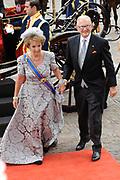 Aankomst koninklijke familie in de gouden koets bij de Ridderzaal op Prinsjesdag 2012. /// Arrival royal family in the golden coach at the Riddrerzaal on &quot;Prinsjesdag&quot;in The Hague<br /> <br /> Op de foto / On the photo:<br /> Margriet en Pieter van Vollenhoven komen aan bij de Ridderzaal