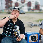 Nederland Rotterdam 19 april 2009 20090419 Foto: David Rozing ..Jongen eet chips, chilt op strandje Nesselande met gettoblaster / muziek..Foto: David Rozing