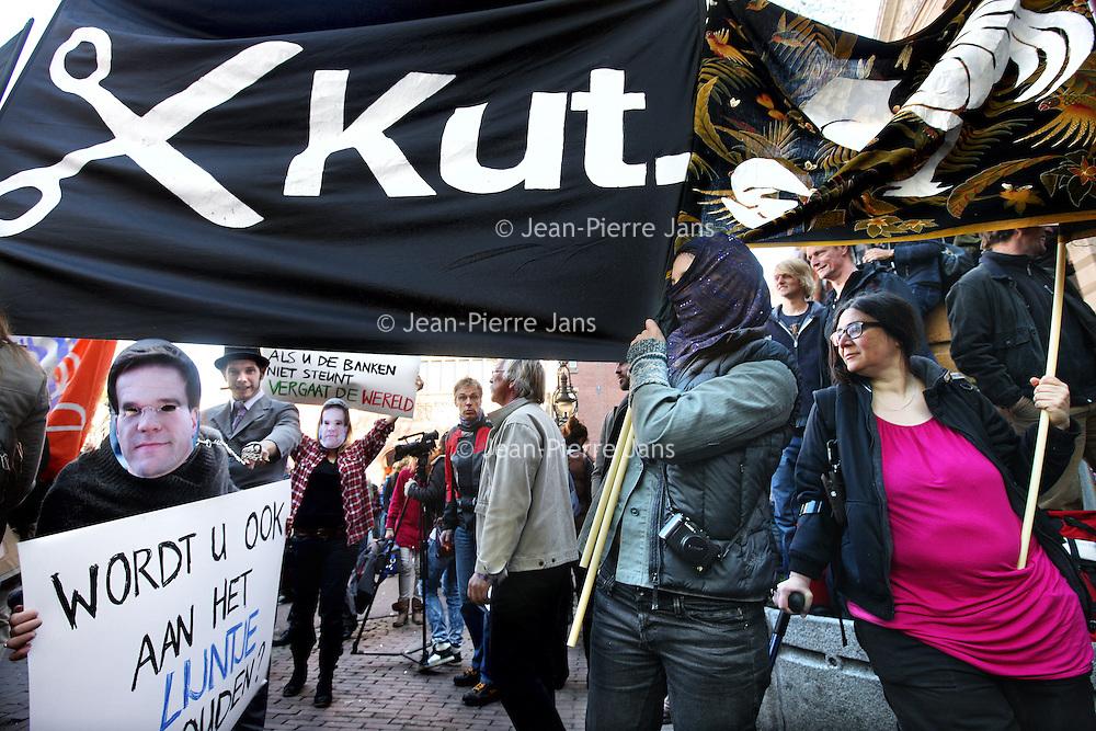 """Nederland, Amsterdam , 15 oktober 2011..sfeerimpressie van Occupy amsterdam op het Beursplein..Zaterdag zal het Beursplein in Amsterdam worden bezet door betogers van de inmiddels internationale Occupy-beweging..Wat wel centraal staat in de Occupy-beweging, zoals die ook is ontstaan in New York, is de aversie tegen het monetaire systeem en de daarbij horende hebzucht, zeggen Klifman en Lievense. """"Het is crisis na crisis, maar er is na 2,5 jaar niets veranderd"""", zegt Klifman. """"De beurskredieten, de bonussen, de hebzucht. Het gaat gewoon door."""".Protest in Amsterdam, the global movement Occupy at the Beursplein in front of the building of the Stock Exchange."""