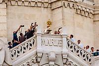 Vendredi 8 septembre 2017,  cérémonie du Renouvellement du Vœu des échevins de 1643, en la basilique Notre-Dame de Fourviere,au cours de la messe présidée par le Cardinal Philippe Barbarin, Archeveque de Lyon et Primat des Gaules.<br /> Dans la première moitie du 17e siècle, la peste sévit à Lyon. <br /> En 1643, les échevins, responsables de la Ville, promettent de faire un pèlerinage à Fourviere chaque année, d'y entendre la messe et d'offrir un ECU d'or et un cierge. Peu après le mal recule et leur vœu est exaucé.<br /> Depuis cette date, chaque 8 septembre, le maire de Lyon et les élus montent à Fourviere perpétuel cet engagement et l'archevêque, depuis le balcon de la Basilique, bénit la ville avec le Saint Sacrement. <br /> Trois coups de canon annoncent cette bénédiction.