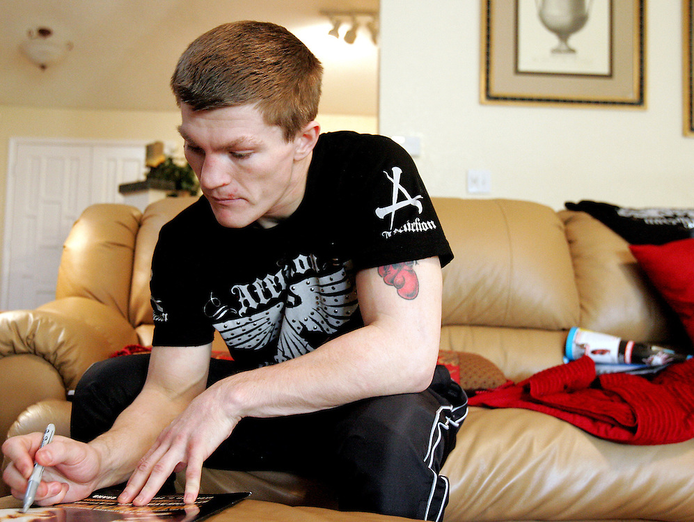 Ricky Hatton signs autographs for fans at his house on the day of the fight. Ricky Hatton v Floyd Mayweather, Las Vegas, Nevada.