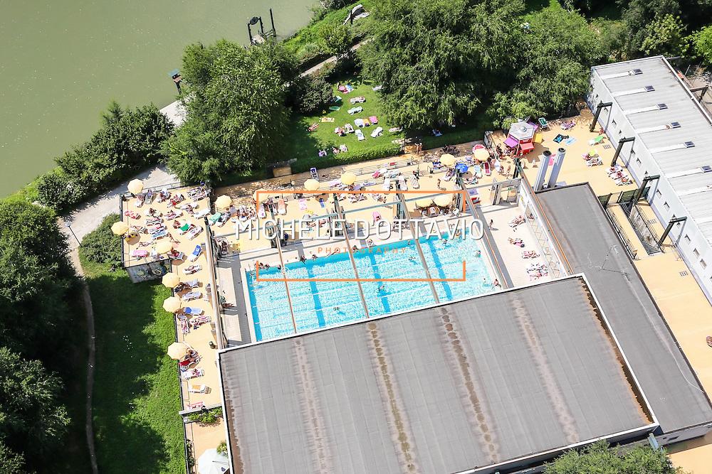 Torino, piscina scoperta Lido (sullo sfondo il fiume Po)<br /> Estate in citt&agrave;, le piscine sono &quot;Oasi urbane&quot;