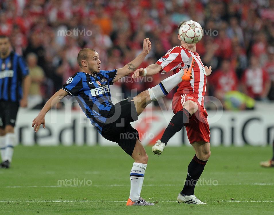 FUSSBALL      CHAMPIONSLEAGUE FINALE       SAISON 2009/2010 FC Bayern Muenchen - Inter Mailand    22.05.2010 FC Bayern Kopflos;  Wesley Sneijder (li, Inter) gegen Bastian Schweinsteiger (FCB)