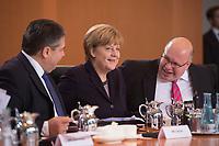 01 DEC 2015, BERLIN/GERMANY:<br /> Sigmar Gabriel, SPD, Bundeswirtschaftsminister, Angela Merkel, CDU, Bundeskanzlerin, und Peter Altmaier, CDU, Kanzleramtsminister, (v.L.n.R.), im Gespraech, vor Beginn der Kabinettsitzung, Bundeskanzleramt<br /> IMAGE: 20151201-01-039<br /> KEYWORDS: Kabnett, Sitzung, Gespräch, freundlich