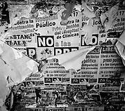 20170831/ Javier Calvelo/ URUGUAY/ MONTEVIDEO/ Un pentimento es una alteraci&oacute;n en un cuadro que manifiesta el cambio de idea del artista sobre aquello que estaba pintando. Se tratar&iacute;a de un t&eacute;rmino sin&oacute;nimo de arrepentimiento. Este trabajo documental hecho en las calles de las ciudades se basa en esa idea pero este arrepentimiento estaria dado por epaso del tiempo y la construccion de ese muro de afiches y pintadas que nunca acaba las diferentes capas se acumulan y van cambiando momento a momento. <br /> En la foto:  Proyecto Pentimento. Foto: Javier Calvelo