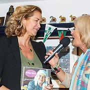Uitreiking CosmoQueen Award 2015 aan Paulien Huizinga, Vivian Boelen  en Paulien Huizinga