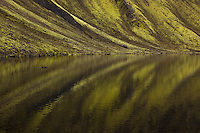Fögrufjöll speglast í vatni, austan við Langasjó. Fogrufjoll mountains mirroring in water.
