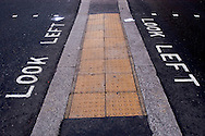 Señalizaciones escritas en una calle de la City que dicen: mira a la izquierda. Londres, 27-11-2005. (ivan gonzalez)
