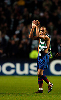 Photo. Jed Wee.Digitalsport<br /> Glasgow Celtic v FC Barcelona, UEFA Champions League, 14/09/2004.<br /> Barcelona's Henrik Larsson applauds the fans as he leaves the Celtic Park pitch, possibly for the last time, with Chris Sutton's Celtic shirt draped over his shoulder.