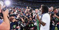 FUSSBALL EURO 2016 FINALE IN PARIS  Portugal - Frankreich     10.07.2016 Renato Sanches (re, Portugal) mit Goldmedaille umringt von Fotografen