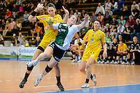 Wiebke Kethorn (VFL) wirft am Kreis, dahinter Luisa Schulze (HCL)