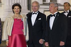 Königin Silvia und König Carl Gustav von Schweden mit Bundespräsident Joachim Gauck bei der Ankunft zum Abendessen im Schloss Bellevue in Berlin / 051016<br /> <br /> ***State visit of the Swedish Royal Couple in Germany: Dinner at Bellevue Palace in Berlin, October 5, 2016***