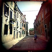 Italie, Venise, Castello..Une habitante du quartier vient de faire ses courses..© Jean-Patrick Di Silvestro
