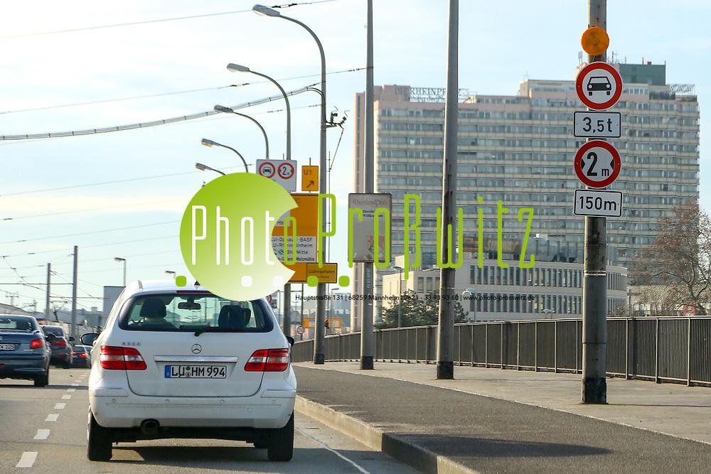 Ludwigshafen. 10.01.18 | <br /> Hochstra&szlig;e S&uuml;d. Aktive Geschwindigkeitsreduzierung und LKW Durchfahrtssperre wegen Br&uuml;ckensch&auml;den. Schilder auf der Hochstra&szlig;e S&uuml;d (B 37) aus Richtung Mannheim kommend vor der Lkw-Sperre. Diese zeigen noch 2 Meter als Maximalbreite an.<br /> <br /> Bild: Markus Prosswitz 10JAN18 / masterpress (Bild ist honorarpflichtig - No Model Release!) <br /> BILD- ID 00047 |