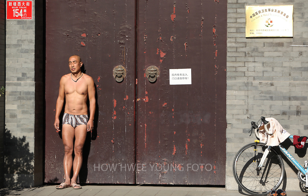 epa02429322 A Chinese man sunbathe in a hutong area in Beijing, China, 04 November 2010. Beijingers enjoy the autumn sun in the city before the coming winter. The National Climate Center said there would be larger temperature swings in most of China this winter and also the possibility of lower-than-normal temperatures in some regions, especially the north.  EPA/HOW HWEE YOUNG