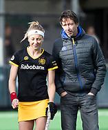 BLOEMENDAAL - Ireen van den Assem (Den Bosch) met coach Raoul Ehren (Den Bosch)   . hockey hoofdklasse dames Bloemendaal-Den Bosch (0-6) . COPYRIGHT KOEN SUYK