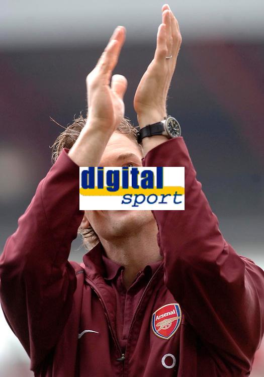 Photo: Daniel Hambury.<br />Arsenal v Wigan Athletic. The Barclays Premiership. 07/05/2006.<br />Arsenal's keeper Jens Lehmann salutes the crowd.