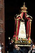 Roma 8 Maggio 2010.Processione in Onore della Madonna di Loreto, partita dalla basilica di San Salvatore in Lauro a Roma, e ha raggiunto Piazza Navona. La statua della Madonna di Loreto è stata portata in processione, accompagnata dalle Reliquie di Padre Pio e di San Rocco..Rome May 8, 2010.Procession in Honor of Our Lady of Loreto, playing from the basilica of San Salvatore in Lauro in Rome, and reached the Piazza Navona.  The statue of Our Lady of Loreto was carried in procession, accompanied by the relics of Padre Pio and San Rocco.