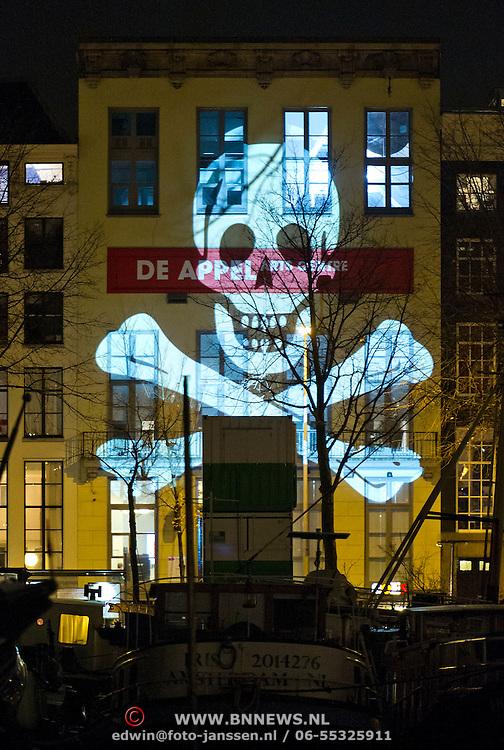 """In de periode van 6-12-2013 tot en met 19-01-2014 toont het Amsterdam Light Festival een collectie werken van nationale en internationale kunstenaars, die zich bezig hebben gehouden met het thema Building with Light. Op de foto het werk """"One Moment Please"""" op de Prins Hendrikkade."""