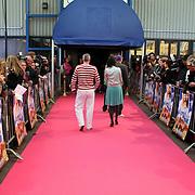 NLD/Amsterdam/20080414 - Premiere Dunya & Desie, inloop bij de theaterfabriek Amsterdam op een roze loper