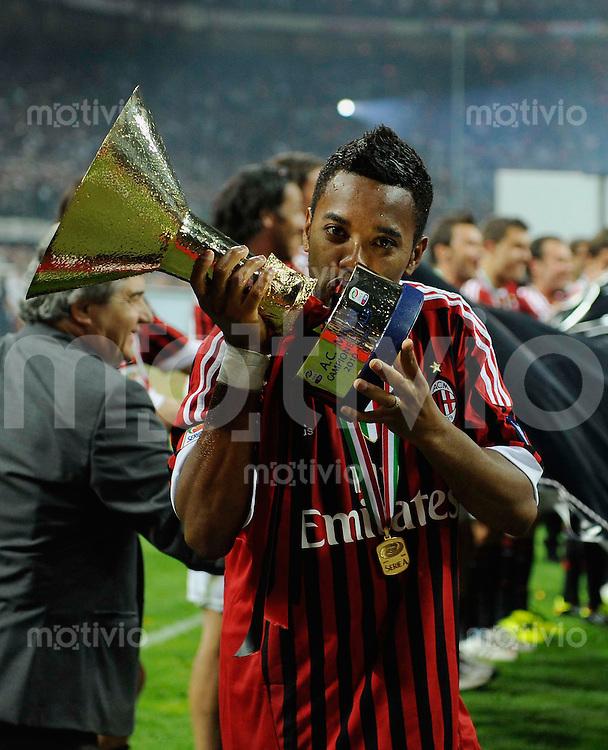 FUSSBALL INTERNATIONAL   SERIE A   SAISON 2010/2011   15.05.2011 AC Mailand ist italienischer Meister 2010/2011 Siegerehrung Robinho kuesst den Scudetto