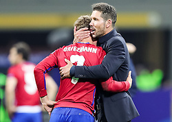 28-05-2016 ITA, UEFA CL Final, Atletico Madrid - Real Madrid, Milaan<br /> Antoine Griezmann of Atlético and Diego Simeone, head coach of Atlético<br /> <br /> ***NETHERLANDS ONLY***