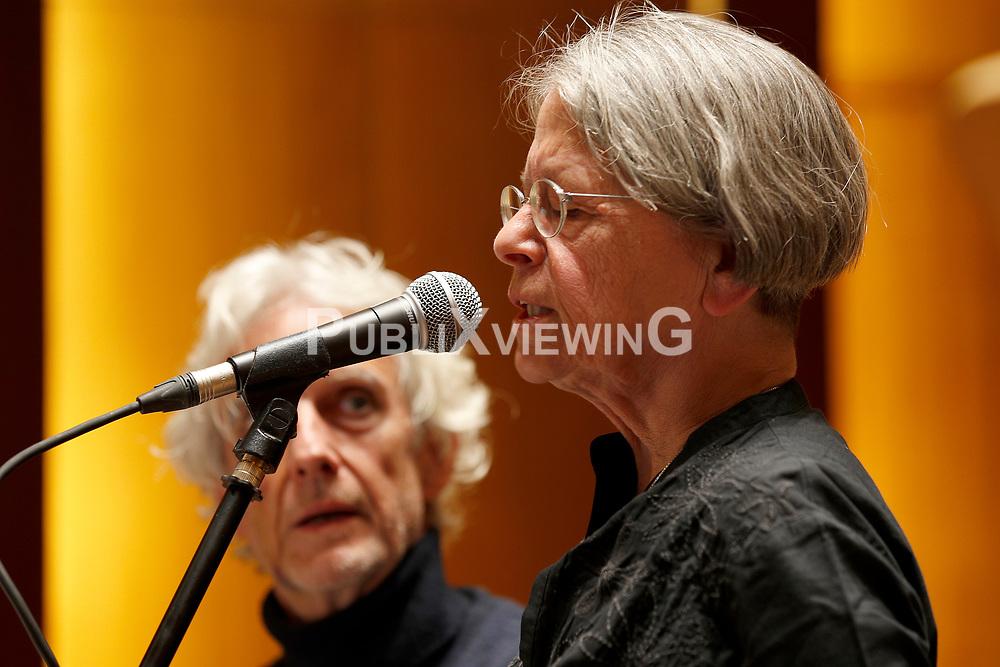 Im Vorfeld des G20-Gipfels in Hamburg lesen namhafte K&uuml;nstler in der Laeiszhalle Texte des franz&ouml;sischen Widerstandsk&auml;mpfers St&eacute;phane Hessel. Im Bild: Haidi Giuliani - Autorin und Parlamentsabgeordnete - erinnerte an die dramatischen Geschehnisse von Genua, bei der ihr Sohn von der Polizei erschossen wurde. Links daneben der Schauspieler Mathieu Carri&egrave;re<br /> <br /> Ort: Hamburg<br /> Copyright: Andreas Conradt<br /> Quelle: PubliXviewinG